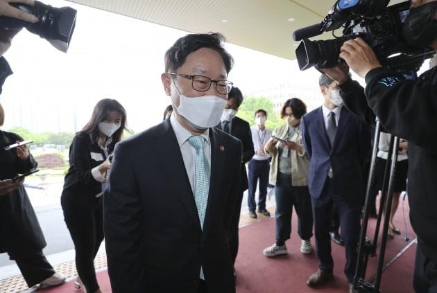 17일 법무부 과천청사로 출근하는 박범계 법무부 장관. 뉴스1