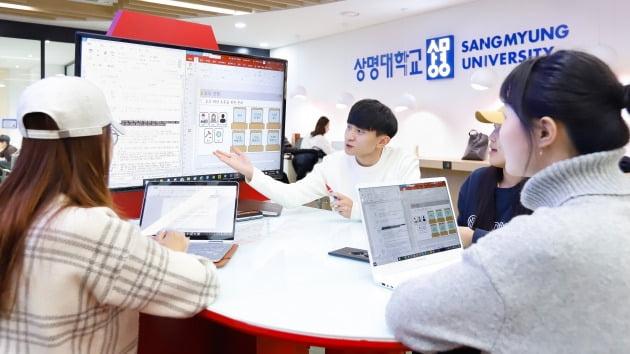 캠퍼스 곳곳에 설치된 융복합 공간에서 공부하고 있는 학생들