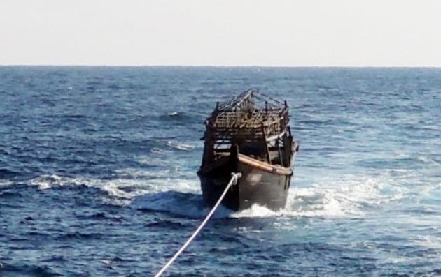 2019년 해군이 동해상에서 나포한 북한 목선을 북측에 인계하기 위해 예인하고 있는 모습./ 통일부 제공