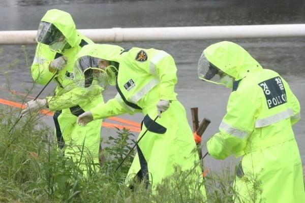 경찰이 지난 17일 서울 서초구 반포한강공원 수상택시 승강장 인근에서 손정민씨 친구 A씨의 핸드폰을 찾고 있다. 뉴스1