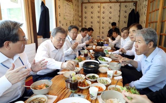 문재인 대통령이 2019년 10일 오후 서울 종로구 삼청동의 한 음식점에서 수석 보좌진과 식사하는 모습. /사진=연합뉴스