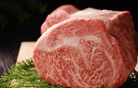 일본은 쇠고기를 마블링과 광택, 살집에 따라 1~5 단계, 소 한마리에서 나오는 식용 가능한 고기의 양에 따라 A~C 등급으로 나누고 이를 조합해 C1~A5까지 15단계로 분류한다. (자료 : 니혼게이자이신문)