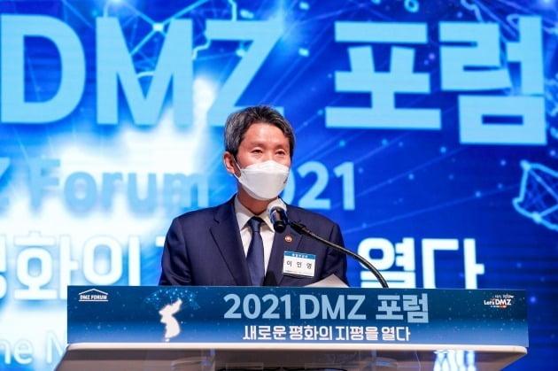 이인영 통일부 장관이 21일 오전 경기 고양 일산서구 킨텍스에서 열린 '2021 DMZ 포럼 새로운 평화의 지평을 열다'에서 축사를 하고 있다./ 뉴스1