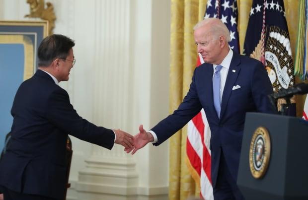 최재구 기자 = 문재인 대통령과 조 바이든 대통령이 21일 오후(현지시간) 워싱턴 백악관 이스트룸에서 열린 한국전쟁 명예 훈장 수여식에서 인사하고 있다. 사진=연합뉴스