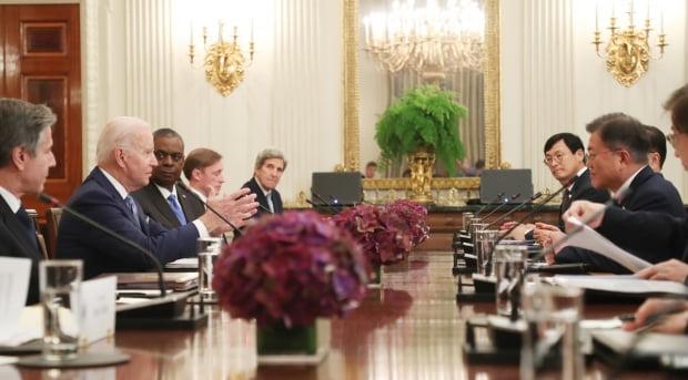 문재인 대통령이 21일 오후(현지시간) 백악관 국빈만찬장에서 조 바이든 미국 대통령과 확대회담을 하고 있다. 사진=연합뉴스