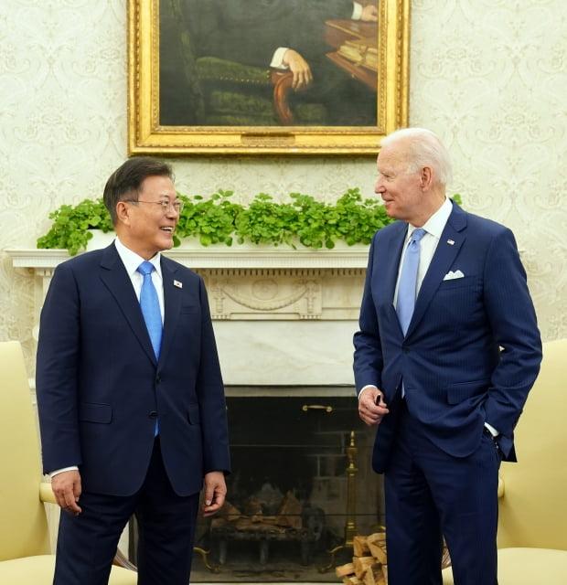 문재인 대통령이 21일 오후(현지시간) 백악관 오벌오피스에서 조 바이든 미국 대통령 등이 참석한 가운데 열린 소인수 회담을 하고 있다. 사진=연합뉴스
