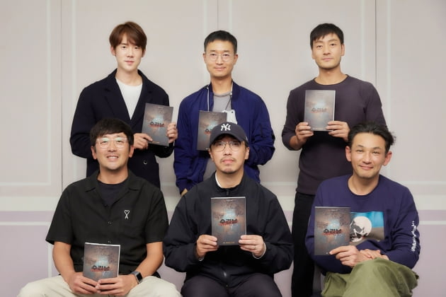 (왼쪽부터 시계 반대 방향으로) 하정우, 윤종빈 감독, 황정민, 박해수, 조우진, 유연석/사진=넷플릭스