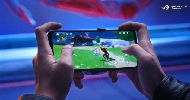 사진은 삼성디스플레이의 6.78형 OLED가 탑재된 에이수스 로그폰5 론칭 이미지 [사진=삼성디스플레이 제공]