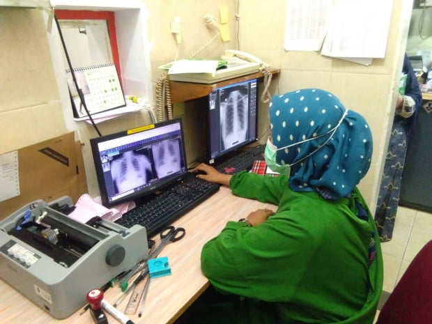 '딥체스트'와 IRM의 'w-Teresa'를 이용해 의료 영상을 판독하는 인도네시아 전문의.