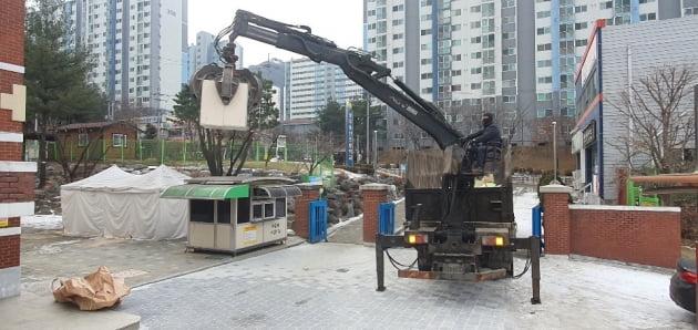아파트 단지내 한 재활용 집게차량이 폐기물을 수집하는 모습