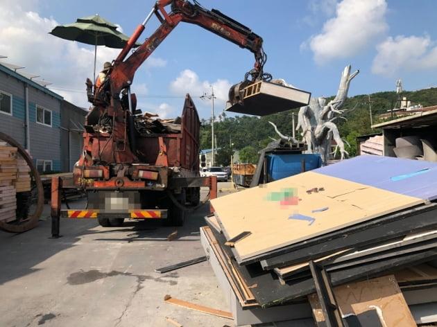 한 재활용 집게차량이 폐기물을 수집하고 있다.