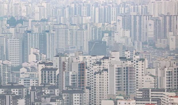 다주택자와 단기 거래자에 대한 양도세 인상안 시행을 하루 앞둔 31일 서울 남산에서 바라본 시내 아파트 단지의 모습. 사진=연합뉴스