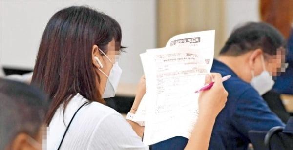 실업급여 설명 듣는 청년 . 신경훈 기자 khshin@hankyung.com