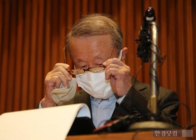 [포토] 눈물 훔치는 홍원식 남양유업 회장