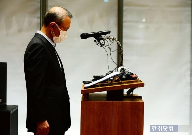 [포토] 불가리스 사태 사과문 바라보는 홍원식 남양유업 회장