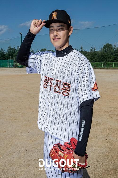뉴에라 후원 모자를 착용한 채 훈련에 임하고 있는 광주 진흥고등학교 문동주 선수 (사진=더그아웃 매거진)