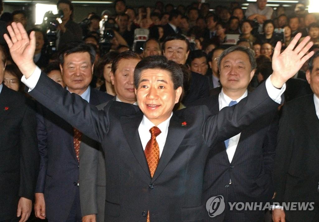 2002년 노무현 대통령 만들기 비화 '둘이서 바꿔봅시다' 출간