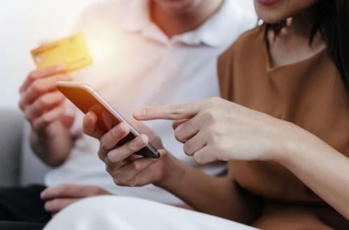 스마트폰으로 중고거래 앱을 쓰는 이용자가 1100만명에 육박했다. 사진=게티이미지뱅크