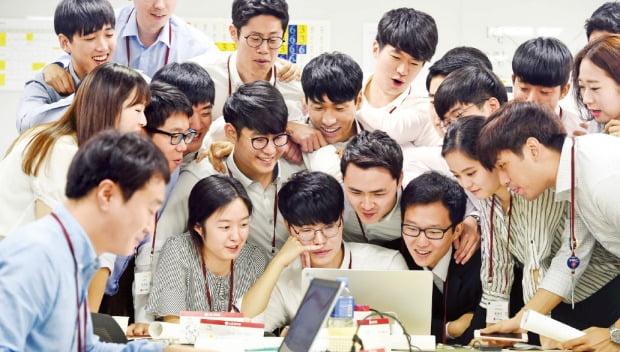 LG그룹은 디지털 전환, AI와 관련된 인재를 영입하는 데 공을 들이고 있다. LG그룹 신입사원들이 혁신 제품을 주제로 토론하고 있다.  /㈜LG 제공