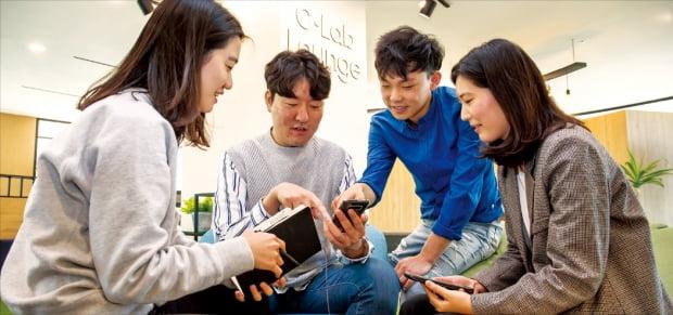 삼성전자 C랩 프로그램 참가자들이 서울 신림동 '삼성전자-서울대 공동연구소'에 있는 C랩 라운지에서 아이디어 회의를 하고 있다.  삼성전자 제공