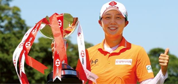 김효주(26)가 2일(한국시간) 싱가포르 센토사GC에서 열린 미국여자프로골프(LPGA) 투어 HSBC 위민스 월드 챔피언십에서 우승한 뒤 우승컵을 들고 기쁨을 만끽하고 있다.  LPGA 제공