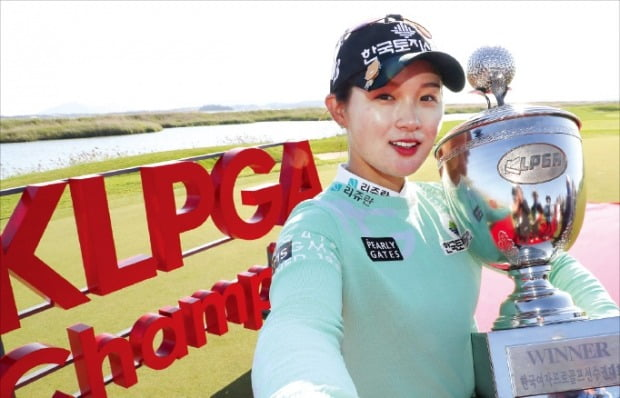 박현경(21)이 2일 전남 영암군 사우스링스 영암에서 열린 크리스F&C 제43회 한국여자프로골프(KLPGA) 챔피언십에서 우승한 뒤 우승컵을 들고 활짝 웃고 있다.  KLPGA 제공