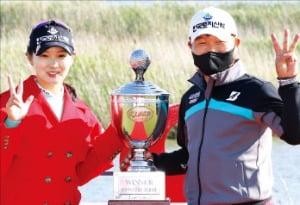 박현경(왼쪽)과 캐디를 맡은 아버지 박세수 씨.  KLPGA 제공