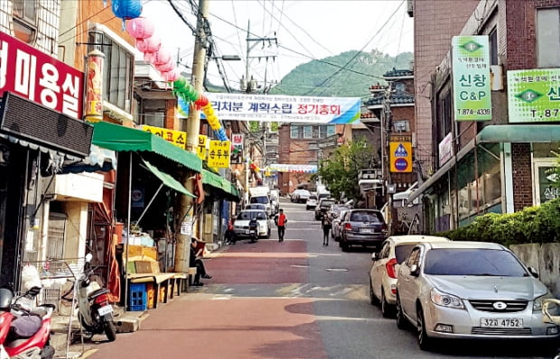 서울 관악구 신림뉴타운 사업이 속도를 내고 있다. 지난해 6월 관리처분계획 인가를 받고 이주가 진행 중인 신림3구역.  한경DB