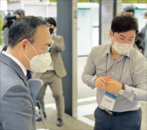 학내 코로나19 검사소를 찾은 오세정 서울대 총장(왼쪽).