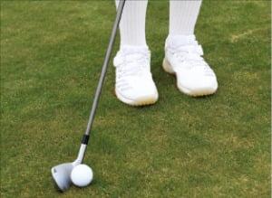 러닝 어프로치를 할 땐 공을 평소보다 오른쪽에 놓은 뒤 클럽헤드 무게를 느끼며 스윙해야 한다.