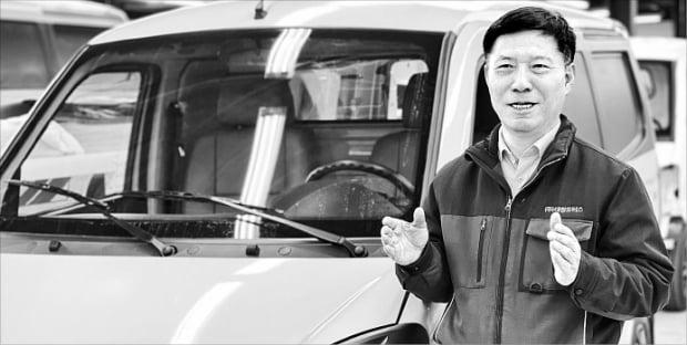 오충기 대창모터스 사장이 충북 진천 본사에서 소형 화물전기차 다니고밴의 특징과 장점을 설명하고 있다.  민경진  기자