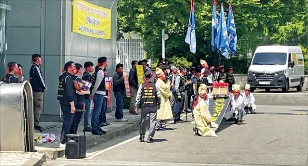 르노삼성 노조원들이 6일 서울 도봉사업소를 점거하고 '상복 집회'를 하고 있다.  /르노삼성 제공