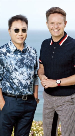 이수만 SM 총괄 프로듀서(왼쪽)와 마크 버넷 MGM TV 회장.