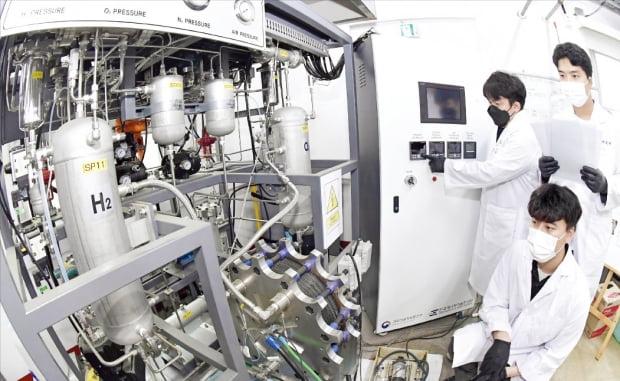 한국에너지기술연구원 수소연구단 직원들이 차세대 그린수소 생산 기술인 알카라인 수전해 시스템을 개발하고 있다.  대전=김영우  기자