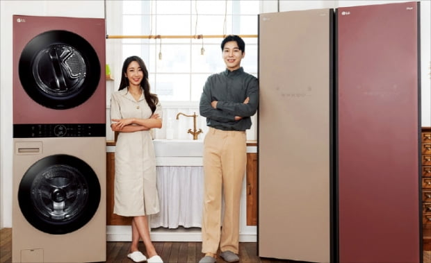LG전자가 인테리어 가전 'LG 오브제컬렉션'에 새로운 색상을 입혀 출시한 세탁건조기 워시타워(왼쪽)와 의류관리기 스타일러.   LG전자 제공