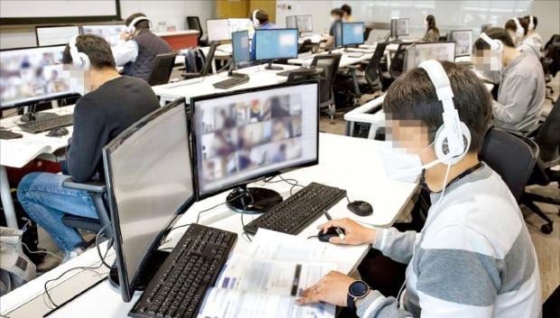 지난 1일 경기 용인의 삼성전자 인재개발원에서 감독관들이 GSAT 응시자들을 대상으로 온라인 예비소집을 진행하고 있다.  삼성 제공