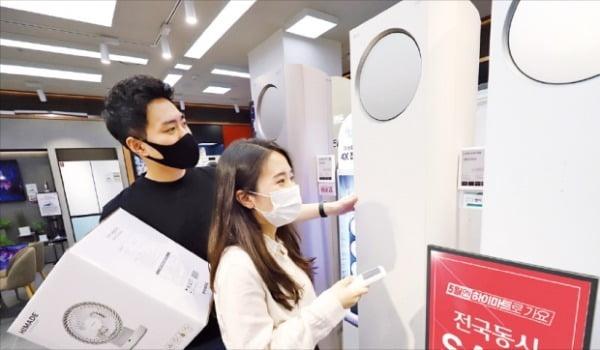 소비자들이 롯데하이마트 대치점에서 '5월엔 하이마트로 가요' 행사 제품을 둘러보고 있다. 롯데하이마트 제공