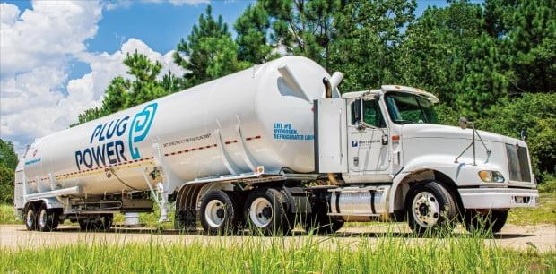 SK㈜와 SK E&S는 올초 16억달러를 투자해 미국 수소기업 플러그파워 지분 약 10%를 확보했다. 플러그파워 탱크로리로 수소를 운반하는 모습.  SK 제공