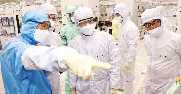 한국의 반도체산업 경쟁력이 미국은 물론 중국, 대만보다 떨어진다는 우려가 커지고 있다. 사진은 지난 3일 권칠승 중소벤처기업부 장관(가운데)이 경기 용인의 주성엔지니어링을 방문해 반도체 장비 제조 설비를 살펴보는 모습.    한경DB
