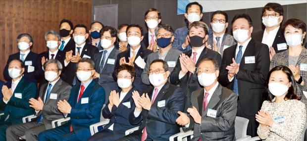 1970년대생 최고경영자(CEO)들이 회장단에 합류하면서 한국무역협회가 한층 젊어졌다. 11일 서울 삼성동 무역센터에서 열린 무협 제31대 회장단 출범식에서 구자열 회장(앞줄 오른쪽 세 번째)을 비롯한 참석자들이 기념사진을 찍고 있다.   허문찬 기자