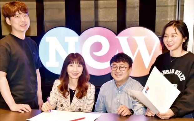 함진 스튜디오앤뉴 영화사업부 이사(왼쪽 두 번째)와 직원들이 함께 작품 개발 논의를 하고 있다.  /김영우 기자