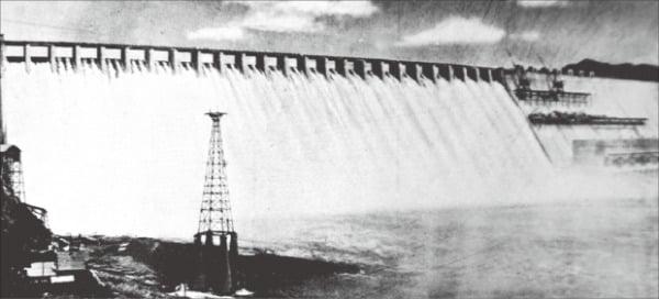 1941년부터 가동에 들어간 70만㎾ 규모의 압록강 수풍수력발전소. 푸른역사·한국전력 전기박물관 제공