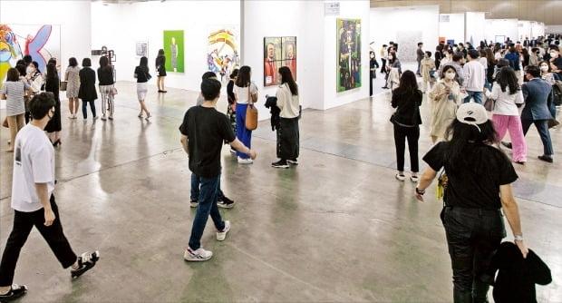 지난 13일 부산 벡스코에서 개막한 아트부산에서 관람객들이 작품을 둘러보고 있다. 이날 방문객은 총 1만8000여 명으로 집계됐다.   /아트부산 제공