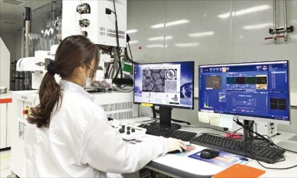 한화큐셀 판교 R&D센터에서 연구원이 차세대 태양광 셀 연구에 몰두하고 있다. 한화 제공