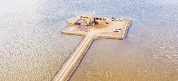 포스코가 아르헨티나 리튬 호수에서 탐사를 하고 있다. 포스코 제공
