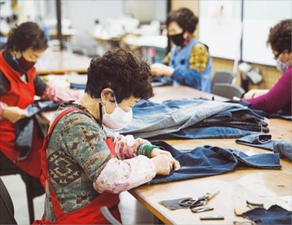 업사이클 비건 패션 브랜드인 할리케이 회사 직원들이 작업실에서 리사이클링(재활용) 데님 해체 작업을 하고 있다. 할리케이 제공
