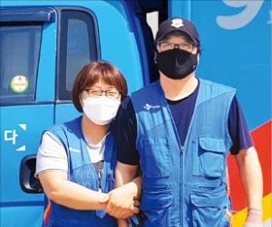CJ대한통운 부부 택배기사로 일하고 있는 정운철(오른쪽)·최은영 씨. CJ대한통운  제공