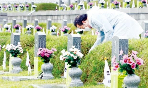 < 민주묘지서 잡초 뽑는 이낙연 > 이낙연 전 더불어민주당 대표가 16일 광주 운정동 국립5·18민주묘지에서 잡초를 뽑고 있다.  뉴스1