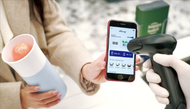 SK텔레콤 이용자가 해피해빗 앱을 통해 일회용 컵 줄이기 캠페인에 참여하고 있다.   SK텔레콤 제공