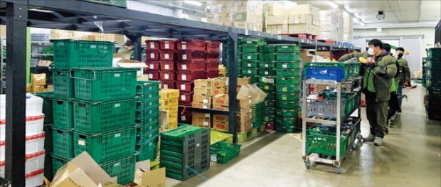경기 성남 오아시스마켓 물류센터에서 직원들이 주문이 들어온 상품을 담고 있다.  오아시스마켓  제공